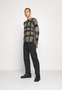 Mennace - GRUNGE MENNACE GRID TIE DYE TEE - Long sleeved top - khaki - 1