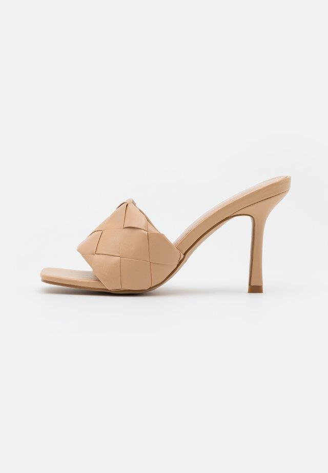 TIARA - Pantofle na podpatku - nude