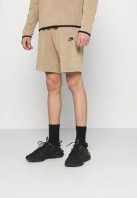 Nike Sportswear - WASH - Shorts - taupe haze/black - 0