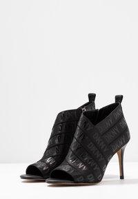 DKNY - ISSA - Kotníková obuv na vysokém podpatku - black - 4