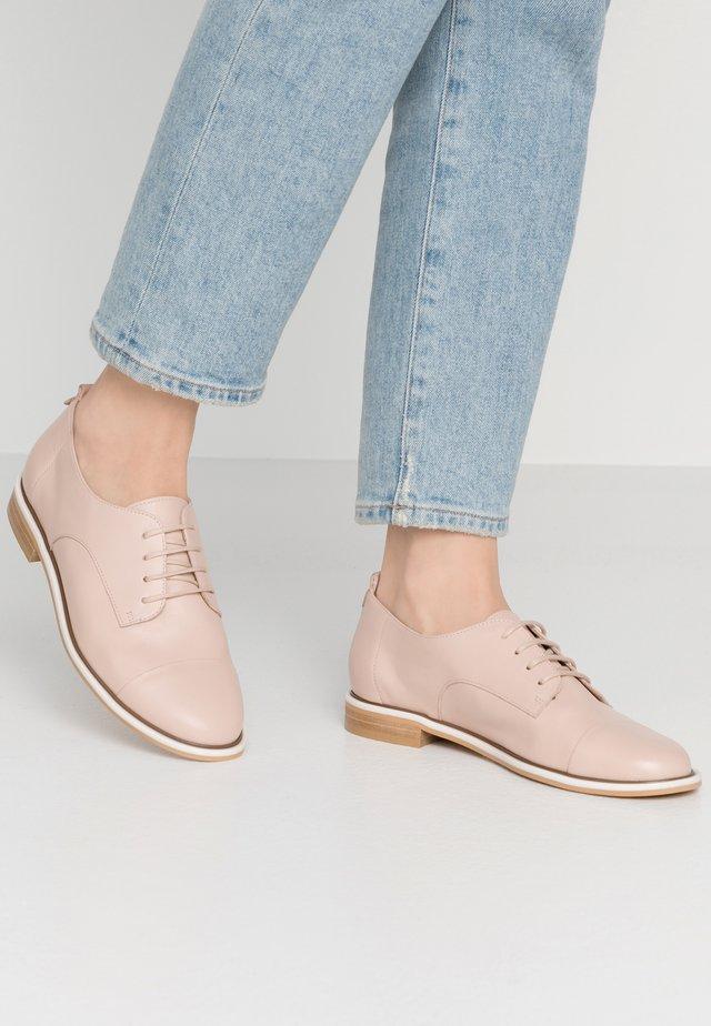 MACELA - Šněrovací boty - nude
