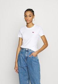 Levi's® - BABY TEE - T-shirt z nadrukiem - white - 0