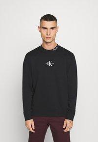 Calvin Klein Jeans - CENTER MONOGRAM CREW NECK - Sweatshirt - black - 0