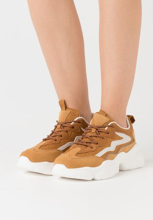 REFLECTIVE DETAIL TRAINERS - Joggesko - cognac