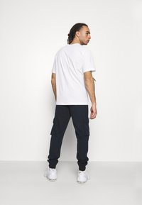 Champion - LEGACY CONTEMPORARY MODERN CREWNECK  - T-shirt basic - white - 2