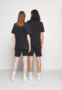 Common Kollectiv - WASHED TWINSET UNISEX - T-shirt imprimé - black - 2