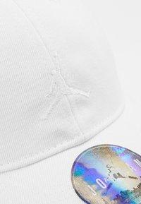 Jordan - FLOPPY CAP - Kšiltovka - white - 2