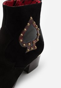 Jeffery West - SIXX ACE OF SPADES - Classic ankle boots - black/college red - 5
