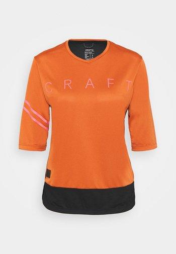CORE OFFROAD  - Print T-shirt - terracot/black
