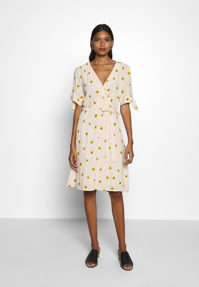 EMILY EMBRO DRESS - Freizeitkleid - white/yellow