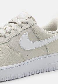 Nike Sportswear - AIR FORCE 1 '07 - Zapatillas - light bone/white - 5