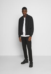 Tommy Jeans - SCANTON PANT - Chinosy - black - 1