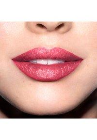 Revlon - SUPER LUSTROUS MATTE LIPSTICK - Lipstick - N°430 soft silver rose - 2