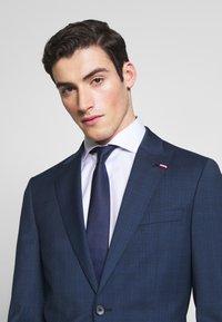 Tommy Hilfiger Tailored - PEAK LAPEL CHECK SUIT SLIM FIT - Oblek - blue - 6