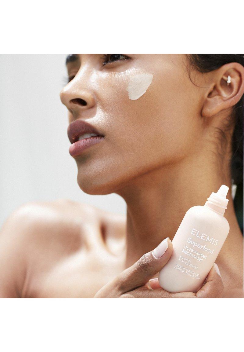 ELEMIS - SUPERFOOD GLOW PRIMING MOISTURISER - Face cream - -
