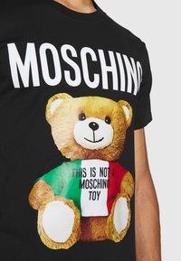 MOSCHINO - Print T-shirt - fantasy black - 6