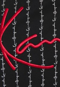 Karl Kani - SIGNATURE LOGO PINSTRIPE TEE - T-shirt z nadrukiem - black - 5