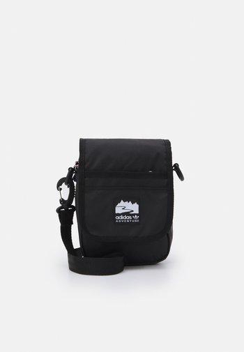 FLAP BAG UNISEX - Taška spříčným popruhem - black/bright red/white