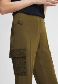 comma - MIT SPITZEN-DETAILS - Trousers - khaki - 3
