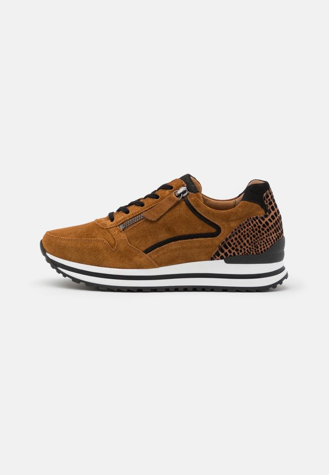 Sneakers - camel/schwarz