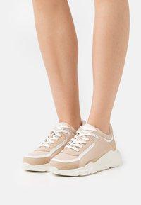 Buffalo - RENZO - Sneakersy niskie - beige - 0