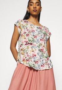 ONLY - ONLVIC - Print T-shirt - cloud dancer - 4