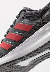 adidas Performance - RUNFALCON - Obuwie do biegania treningowe - grey six/scarlet/footwear white - 5