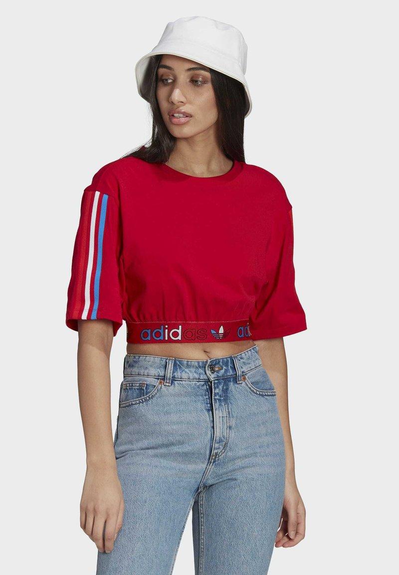 adidas Originals - PRIMEBLUE ADICOLOR ORIGINALS RELAXED T-SHIRT - Camiseta estampada - scarlet