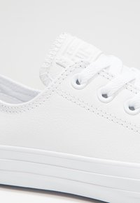 Converse - CHUCK TAYLOR ALL STAR OX - Sneakersy niskie - white - 5