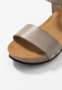 RE:DESIGNED - SABINE - Sandály na platformě - khaki - 2