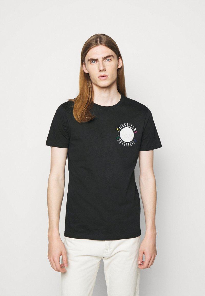 PS Paul Smith - MENS SLIM FIT PAINKILLERS - Print T-shirt - black