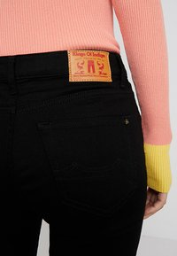 Kings Of Indigo - MARIE - Jeansy Bootcut - stay black - 5
