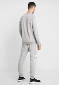 adidas Originals - 3 STRIPES CREW UNISEX - Felpa - medium grey heather - 2
