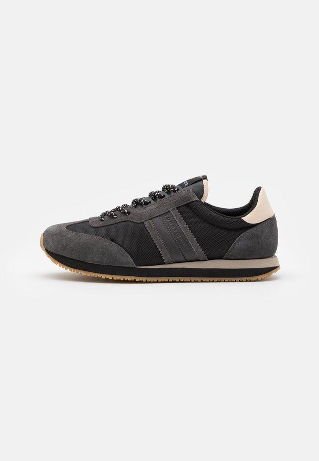 MIX WINTER RUNNER STRIPES - Sneakersy niskie - black