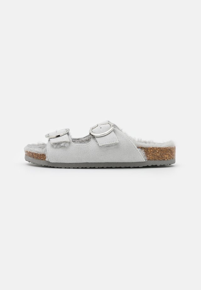 WIDE FIT GRENSTONE - Chaussons - grey