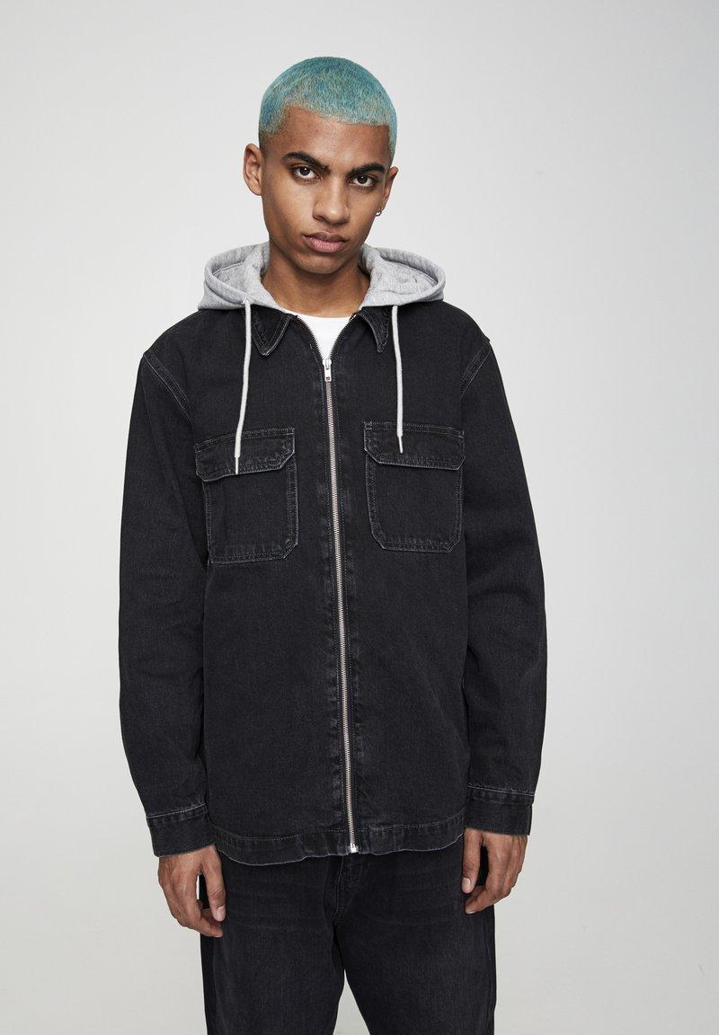 PULL&BEAR - JEANSHEMD MIT STOFFKAPUZE 05714505 - Denim jacket - mottled black
