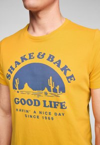 s.Oliver - MIT SCHRIFTPRINT - Print T-shirt - yellow good life print - 5