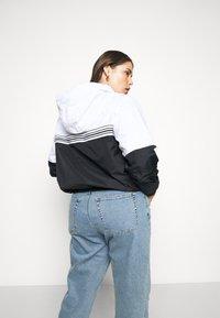 Calvin Klein Jeans Plus - STRIPE TAPE - Windbreaker - white - 2