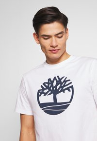 Timberland - KENNEBEC - T-shirt z nadrukiem - white - 3