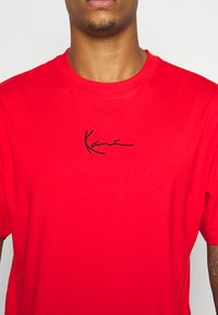 Karl Kani - SMALL SIGNATURE TEE UNISEX - Print T-shirt - red - 5