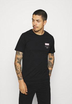 HOUSEMARK GRAPHIC TEE UNISEX - Print T-shirt - left chest batwing caviar