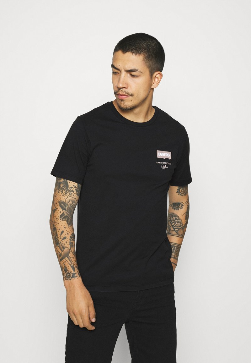 Levi's® - HOUSEMARK GRAPHIC TEE UNISEX - Print T-shirt - left chest batwing caviar