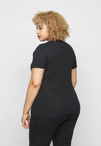 Levi's® Plus - TEE 2 PACK - Print T-shirt - black - 2
