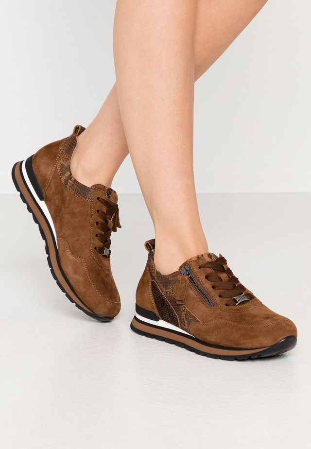 Sneakers laag - new whisky/mocca