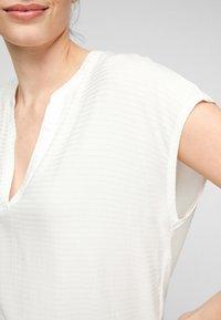 s.Oliver - KURZARM - Print T-shirt - off-white - 5