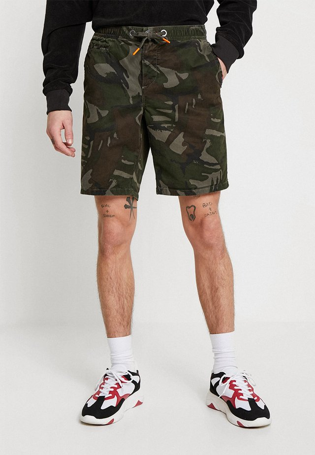 SUNSCORCHED - Shorts - forest outline camouflage