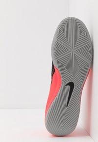 Nike Performance - PHANTOM ACADEMY IC - Indoor football boots - laser crimson/metallic silver/black - 4