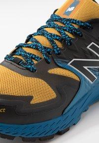 New Balance - SUMMIT K.O.M. - Obuwie do biegania Szlak - yellow - 5