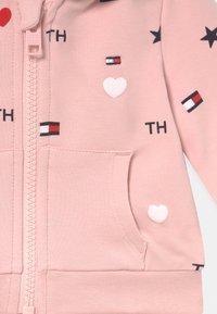 Tommy Hilfiger - BABY FLAG HOODED SET UNISEX - Verryttelypuku - pink - 3