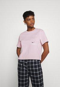 Nike Sportswear - T-shirt con stampa - champagne/white - 0
